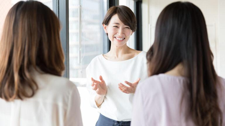 評判を語り合う女性達