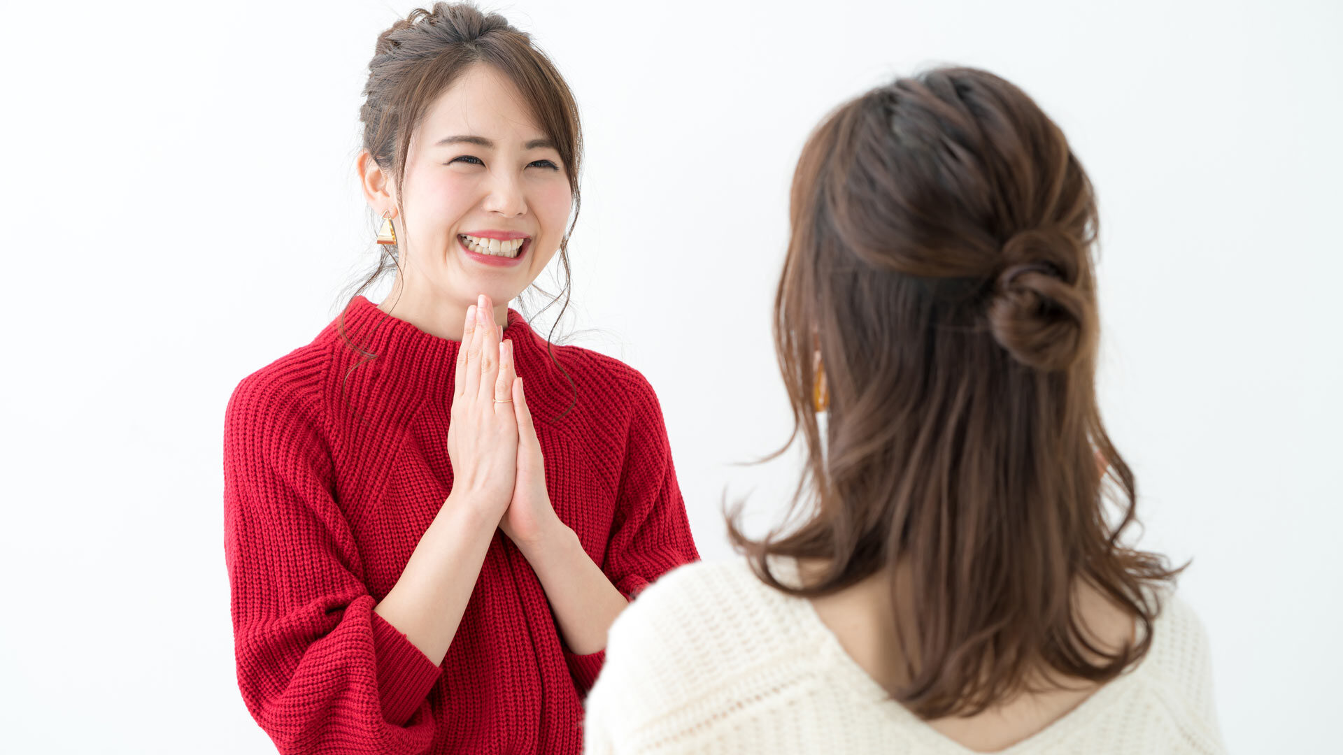 笑顔で会話する女性
