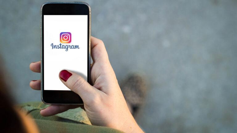 Instagramをする女性のイメージ