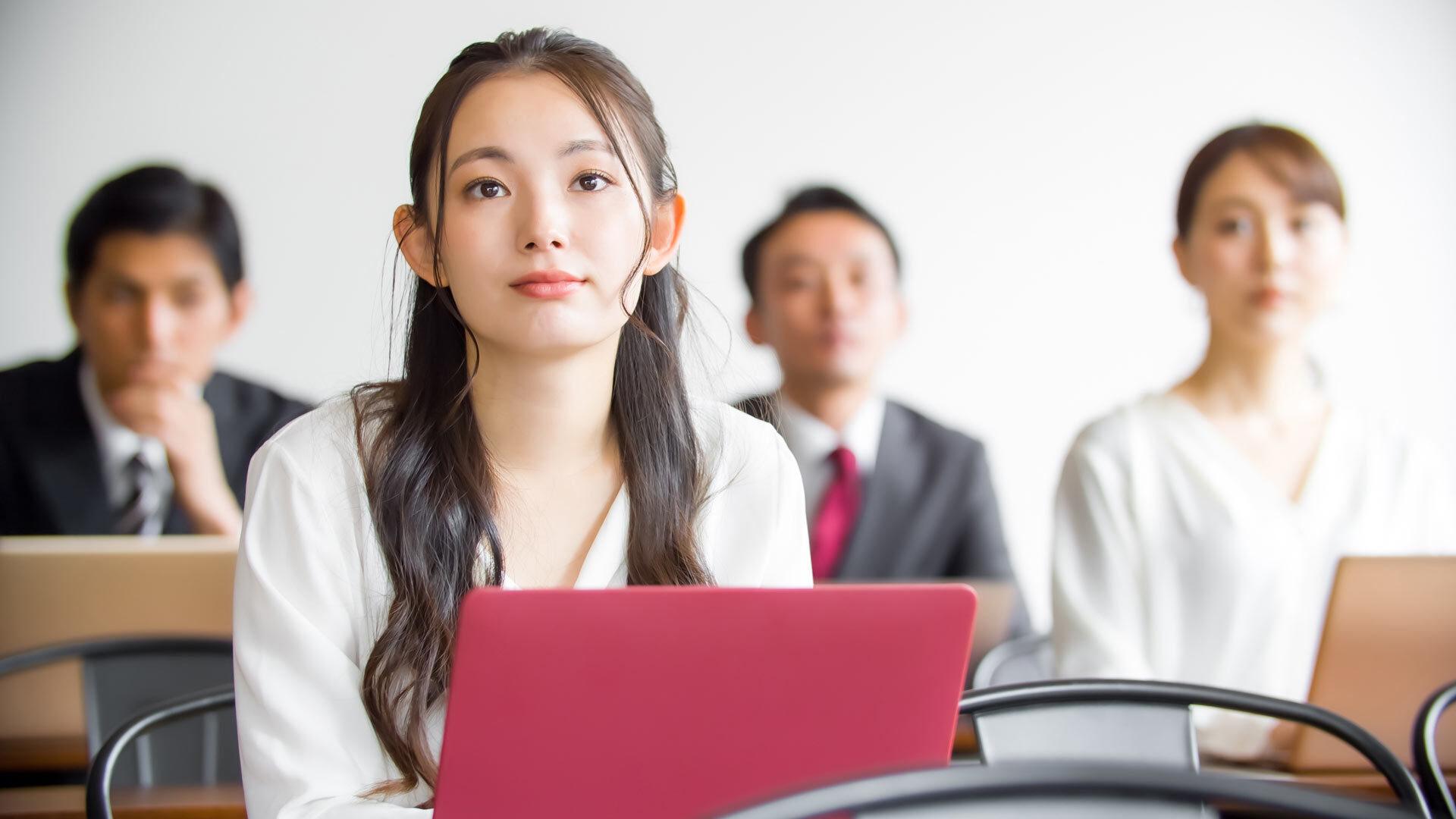 ビジネスを学ぶ女性