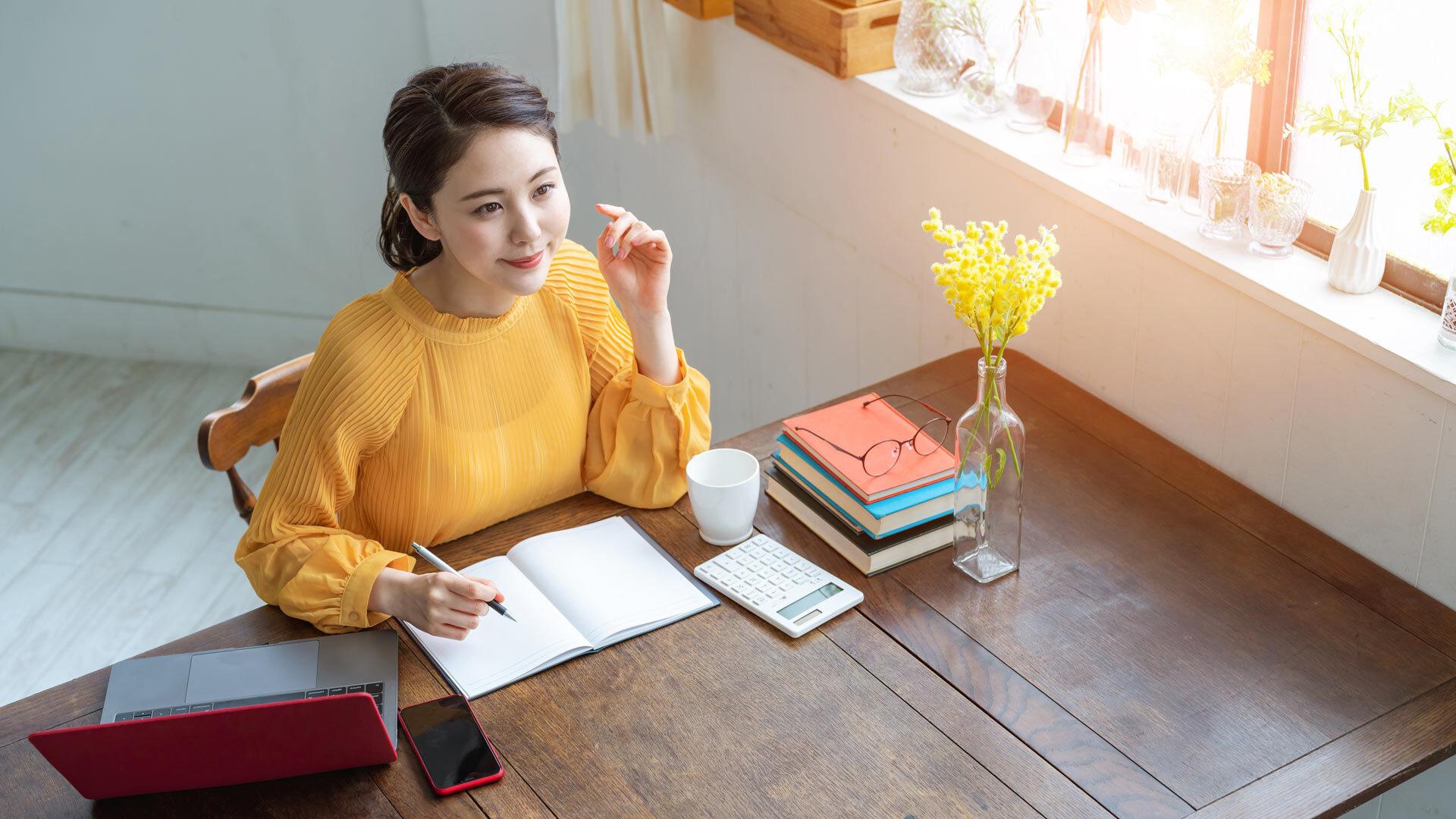開業届を書く女性